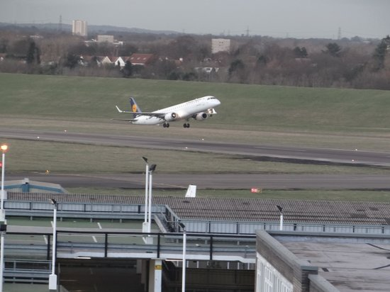 Travelodge Birmingham Airport: Looking onto the runway