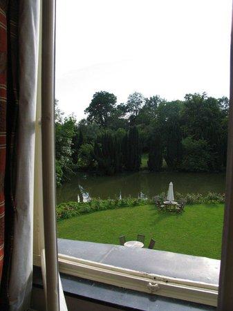 """Hotel Chateau d'Aubry: Вид из номера """"люкс"""" в парк"""