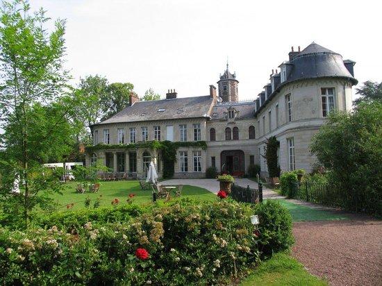 "Hotel Chateau d'Aubry: Отель. Номер ""люкс"" - три окна на втором этаже"