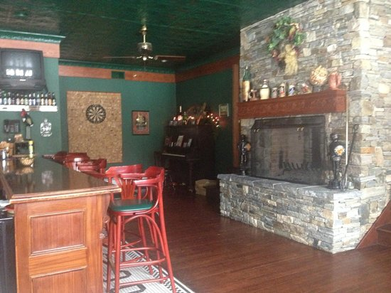 Inn at Water's Edge : Beautiful bar & fireplace!