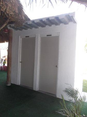 Hotel Dana Express Bacalar: Toilettes publiques sous le palapa - 22 février 2014.
