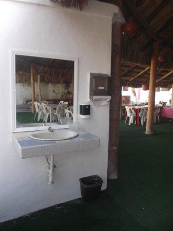 Hotel Dana Express Bacalar : Lavabo et miroir sous le palapa au 22 février 2014.