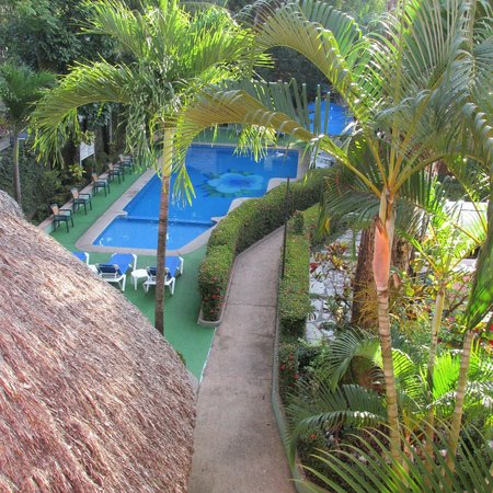 Hotel Maya Tulipanes: View of the pool area (from the 3rd floor)