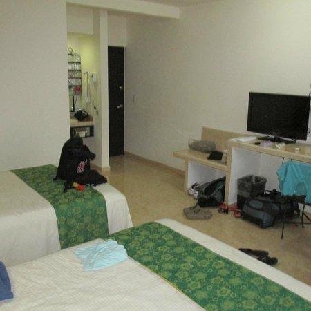 Hotel Maya Tulipanes: Room 127, looking at the door