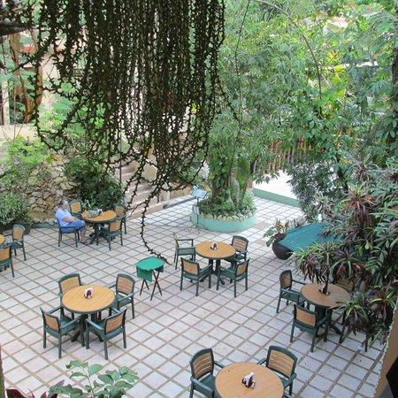 Hotel Maya Tulipanes Palenque: Courtyard, between pool & desk area (El Bambu in background)