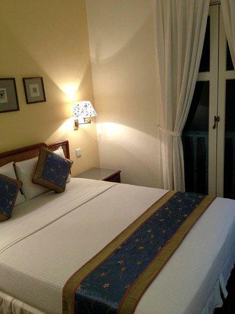 Perak Hotel : ベッドはこんな感じです(一人旅でした)
