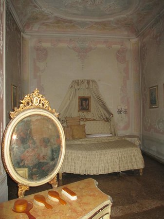 Musica A Palazzo: Act III Camera da letto (bedroom with alcove)