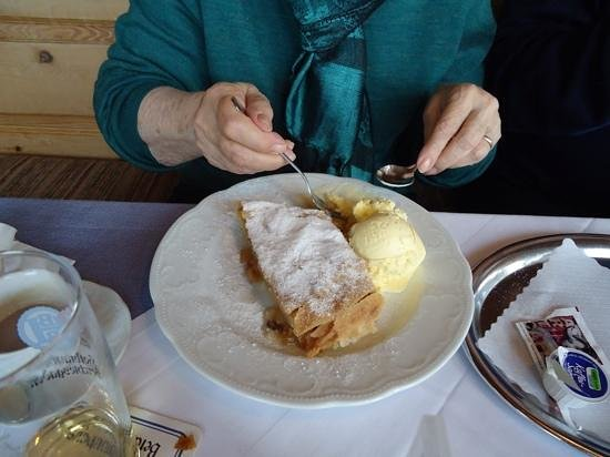 Alpengasthof Hochlenzer Restaurant: appfelstrudel with ice cream.....
