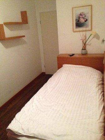 Creatif Hotel Elephant: Titny, tiny room...