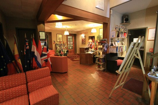 Hotel Le Bayeux: The inviting lobby where you can just hang out and read guidebooks and maps of the area.
