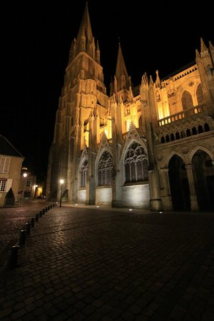 Hotel Le Bayeux: The magnificently illuminated Bayeux Cathedral is a block from the hotel