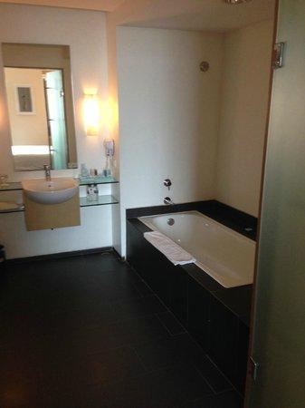 Novotel Bandung: bathroom area