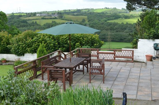 Plas Newydd Farm B&B: Patio for guests to enjoy the view and complimentary wine