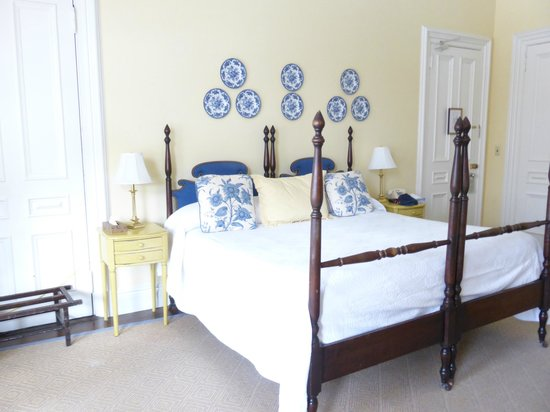 The College Club of Boston : Smith Room bed