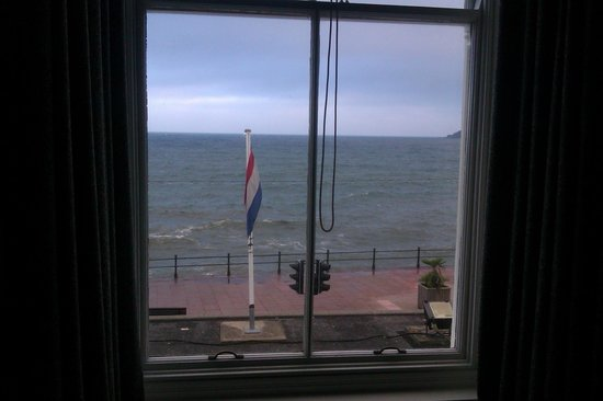 The Queens Hotel: Room 27 views to the sea and flat roof of the dinning rooms