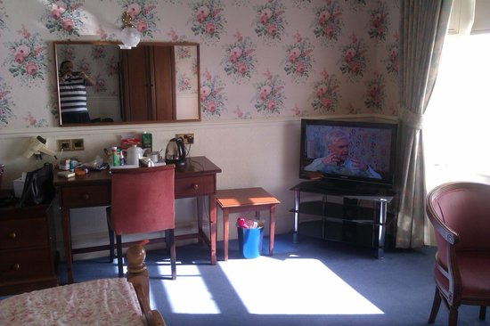 The Queens Hotel: This is room 56 tv viewing, coffee/tea making and vanity area