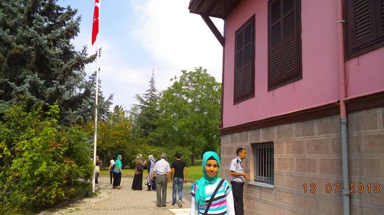 Ataturk House Museum: In front of  Atatürk house the copy if his real house in  Salaniq !! It was a great day in that