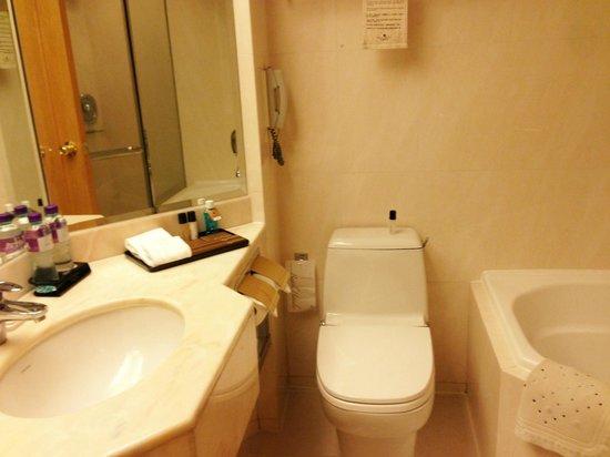 Regal Hongkong Hotel: Bathroom