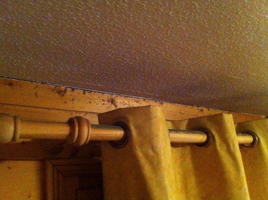 Les Chalets et Lodges des Alpages  : Fenêtre dans salle principale : nid à poussière.