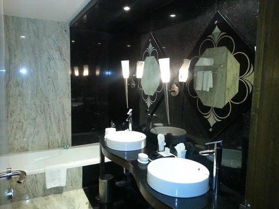 La Marvella: bath with double sink