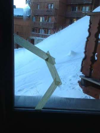 Residence Les Balcons de Val Thorens : Carreau cassé dans la chambre des parents - belle vue