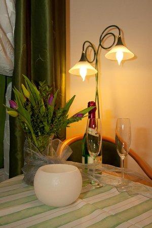 Hoffmanns Gästehaus: Einen schönen Abend wünschen die Hotelmitarbeiter