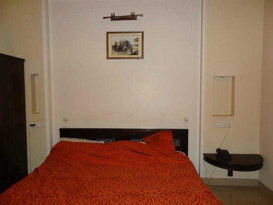 Hotel Maya Niwas: Room