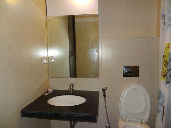 Hotel Maya Niwas: Bathroom