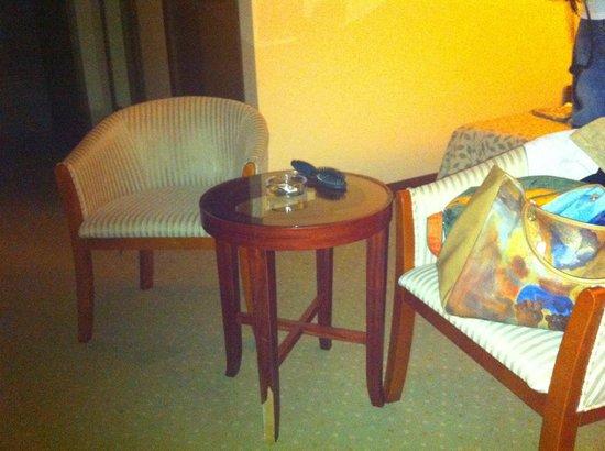 La Mer Art Hotel : Шатающийся столик с ободранной ножкой - вот такая мебель с самом дорогом номере джуниор сьют