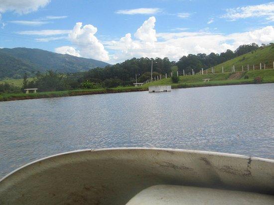 Pousada Lago Dourado : Andando de pedalinho
