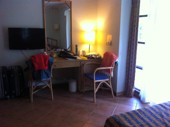 La Mer Art Hotel : ... а вот и вторая половина номера... (ну правильно, не балЫ же устраивать...)