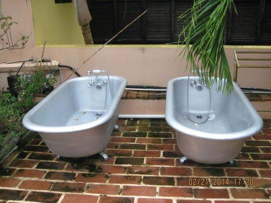 Villa Herencia: Garden Tubs