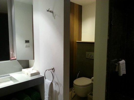 Patong Beach Hotel : トイレは水流れ良く、でもガラス戸でした