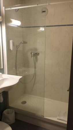 "B&B Hotel Herblay : Douche ""style Italienne"""