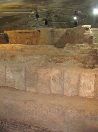 Museo Fundacional: Ruinas bajo la fuente Plaza P. del Castillo.