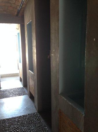 Bed & Pizza- youth hostel: Pasillo a la terraza