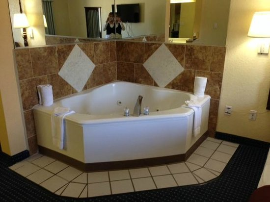 Howard Johnson Inn and Suites Central San Antonio: Updated Jacuzzi Suite
