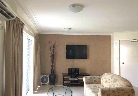 Surfers Del Rey Apartments: living room