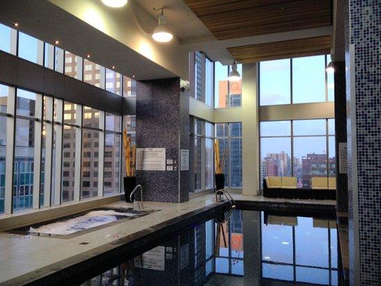 Courtyard Montreal Downtown: Top floor pool
