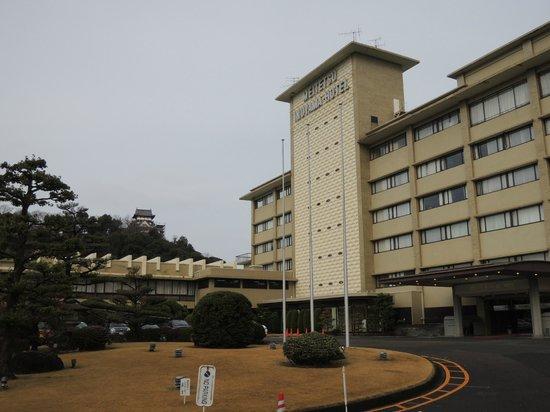 Meitetsu Inuyama Hotel : ホテルの全景、犬山城の天守が小っちゃく写ってます