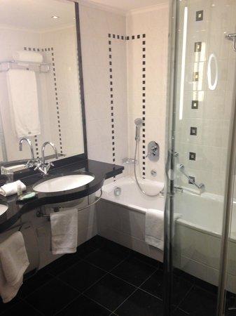 The Westin Grand München: bathroom with big shower