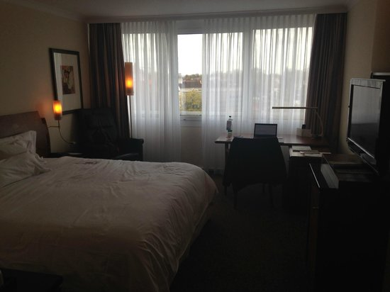 The Westin Grand München: bed and windows