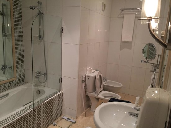 Le Royal Hotel: Spacious Bathroom