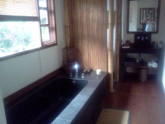 Mango Tree Villas: Bathroom
