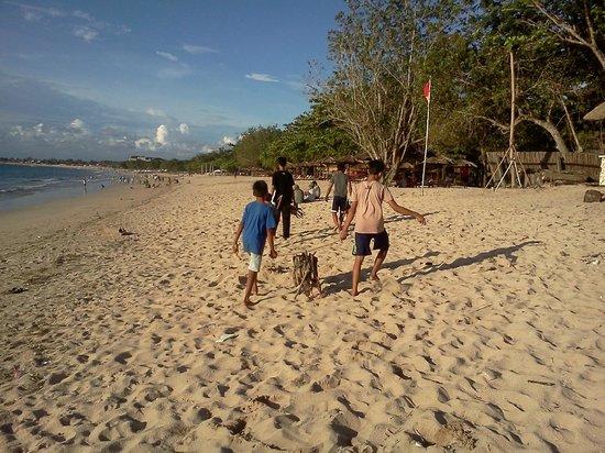 Mango Tree Villas : Boys collecting firewood on Jimbaran Beach