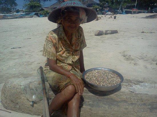 Mango Tree Villas: Jimbaran Beach - woman collecting baby clams
