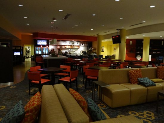 Courtyard Fort Lauderdale Airport & Cruise Port : Lobby/dining area