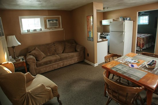 The Lakehouse Inn: Living/kitchen area of cottage #3