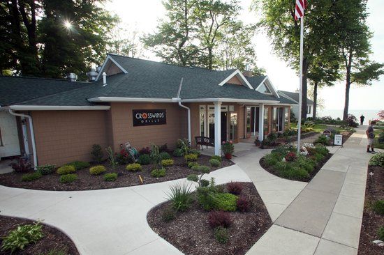 The Lakehouse Inn: Exterior view of Crosswinds Grille