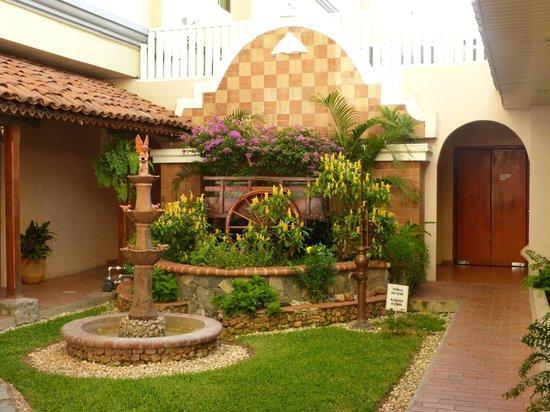 Gran Hotel Azuero : Area del hotel al lado del restaurante, muy linda!!